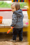 有蓝眼睛的小男孩在冬天步行 图库摄影