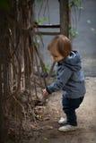 有蓝眼睛的小男孩在冬天步行 库存图片