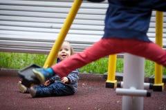 有蓝眼睛的小男孩在冬天步行 库存照片