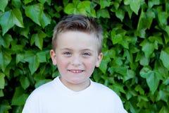 有蓝眼睛的微笑的男孩大约5年 免版税库存照片