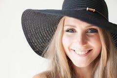 有蓝眼睛的时兴的女孩金发碧眼的女人在有边缘的一个帽子 库存照片