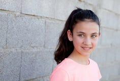 有蓝眼睛的沉思美丽的青春期前的女孩 库存照片