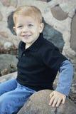 有蓝眼睛的白肤金发的男孩 免版税库存照片