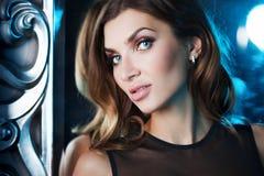 有蓝眼睛的美丽的性感的浅黑肤色的男人 画象在演播室,镜子的背景的在美好的框架的 免版税库存图片