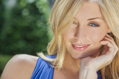 有蓝眼睛的美丽的白肤金发的妇女 免版税库存照片