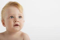 有蓝眼睛的逗人喜爱的男婴 免版税库存照片