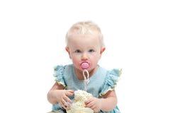 有蓝眼睛的逗人喜爱的矮小的女婴在白色背景 免版税图库摄影