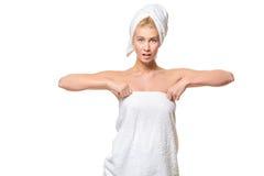有蓝眼睛的年轻可爱的妇女在毛巾 免版税图库摄影