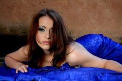 有蓝色丝绸的性感的妇女 免版税库存图片