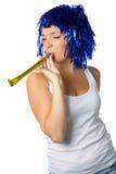 有蓝色假发的愉快的女孩准备好党 库存图片