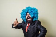 有蓝色假发的疯狂的滑稽的有胡子的人 免版税库存照片