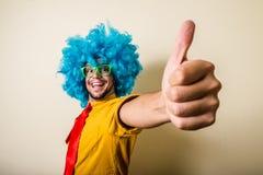 有蓝色假发的疯狂的滑稽的年轻人 免版税图库摄影