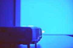 有蓝色光的屏幕从放映机 库存图片