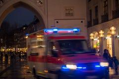 有蓝色光闪动的救护车 库存照片