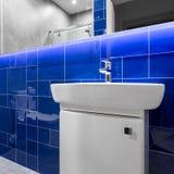 有蓝色光滑的瓦片的卫生间 库存图片