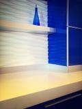 有蓝色内阁的现代厨房 库存照片