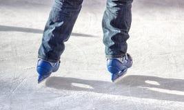 有蓝色冰鞋的溜冰者 免版税库存照片