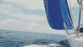 有蓝色前桅前方的帆的风船 免版税图库摄影