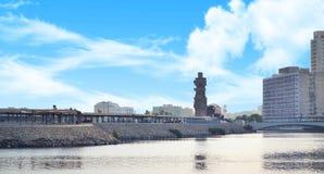 有蓝色半多云天空的吉达江边 库存图片
