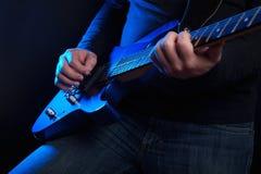 有蓝色吉他的岩石吉他弹奏者 免版税库存图片