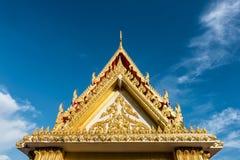 有蓝色和好的天空的泰国寺庙屋顶 免版税库存照片