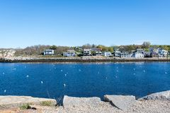 有蓝色和干净的天空的Rockport港口 免版税库存照片