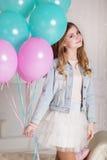 有蓝色和桃红色气球的甜青少年的女孩 免版税库存照片