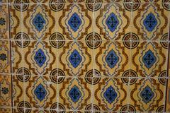 有蓝色和棕色装饰品的老橙色Azulejos瓦片 免版税库存照片