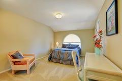 有蓝色和灰色床的乳脂状的口气卧室 免版税库存照片