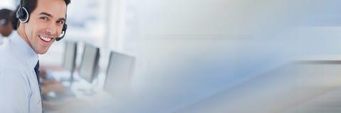 有蓝色和灰色转折的电话中心雇员 免版税库存图片