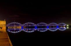 有蓝色和白光的夜桥梁 免版税库存照片