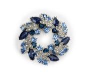 有蓝色和白色宝石的银色别针 库存照片