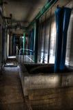 有蓝色和绿色管子的老走廊 图库摄影