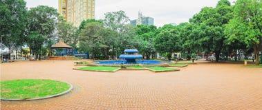 有蓝色喷泉的Ary科埃略广场在中心 库存照片