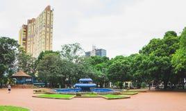 有蓝色喷泉的Ary科埃略广场在中心 库存图片