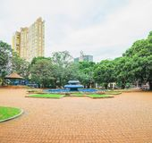 有蓝色喷泉的Ary科埃略广场在中心 免版税库存照片