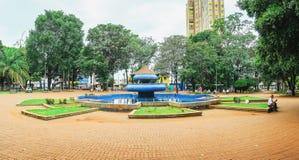 有蓝色喷泉的Ary科埃略广场在中心 免版税库存图片