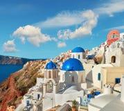 有蓝色圆屋顶的地方教会在Oia,圣托里尼,希腊, panoram 库存图片