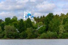 有蓝色圆顶的东正教在河岸 免版税库存照片