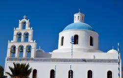 有蓝色圆顶的希腊东正教在Oia 库存照片