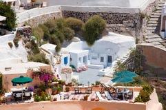 有蓝色圆顶的教会在圣托里尼,希腊海岛上的破火山口边缘  免版税库存图片