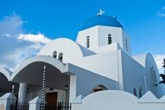 有蓝色圆顶的白色教会在Oia村庄,圣托里尼海岛 库存图片