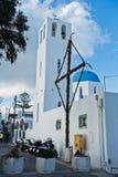 有蓝色圆顶的白色教会在Oia村庄,圣托里尼海岛 免版税库存图片