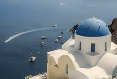 有蓝色圆顶的白色教会在Oia,圣托里尼,希腊海岛 库存图片