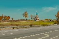 有蓝色圆顶的美丽的教堂在轨道附近 图库摄影