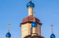 有蓝色圆顶的美丽的木教会与星 库存照片