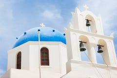 有蓝色圆顶的著名教会在圣托里尼海岛,希腊上的Oia 库存照片