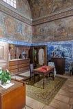 有蓝色在墙壁和天花板绘的瓦片和壁画的巴洛克式的圣器收藏室 免版税库存图片
