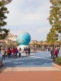有蓝色地球的喷泉 库存照片