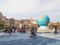 有蓝色地球的美丽的喷泉 库存图片